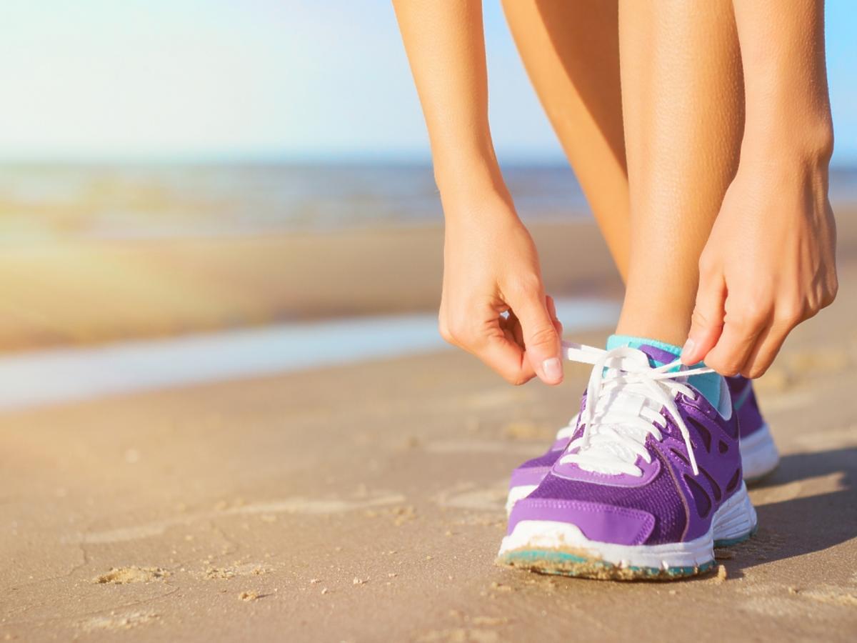 kobieta we fioletowych butach sportowych
