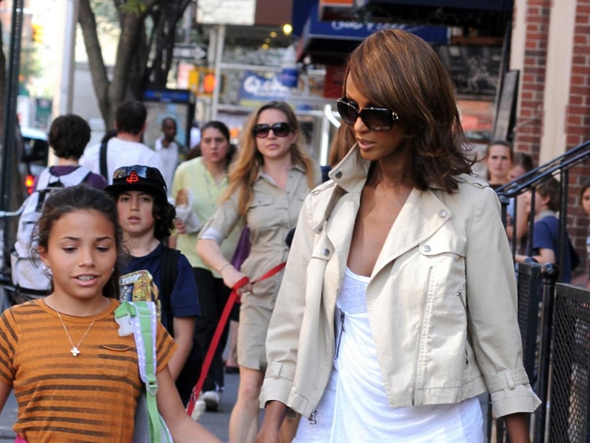 Supermodelka Iman, żona Davida Bowie z ich córka idą ulicą