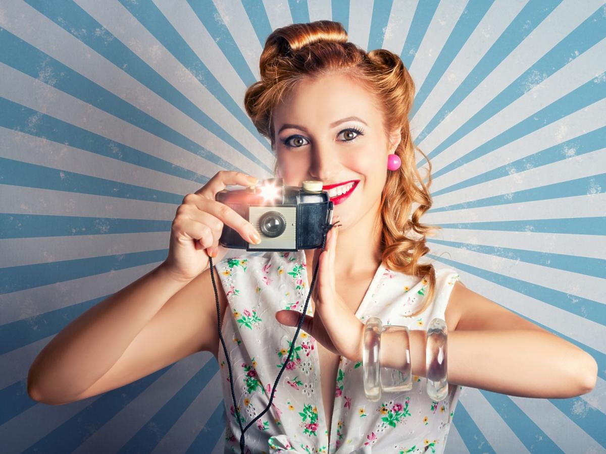 kobieta ze starym aparatem fotograficznym