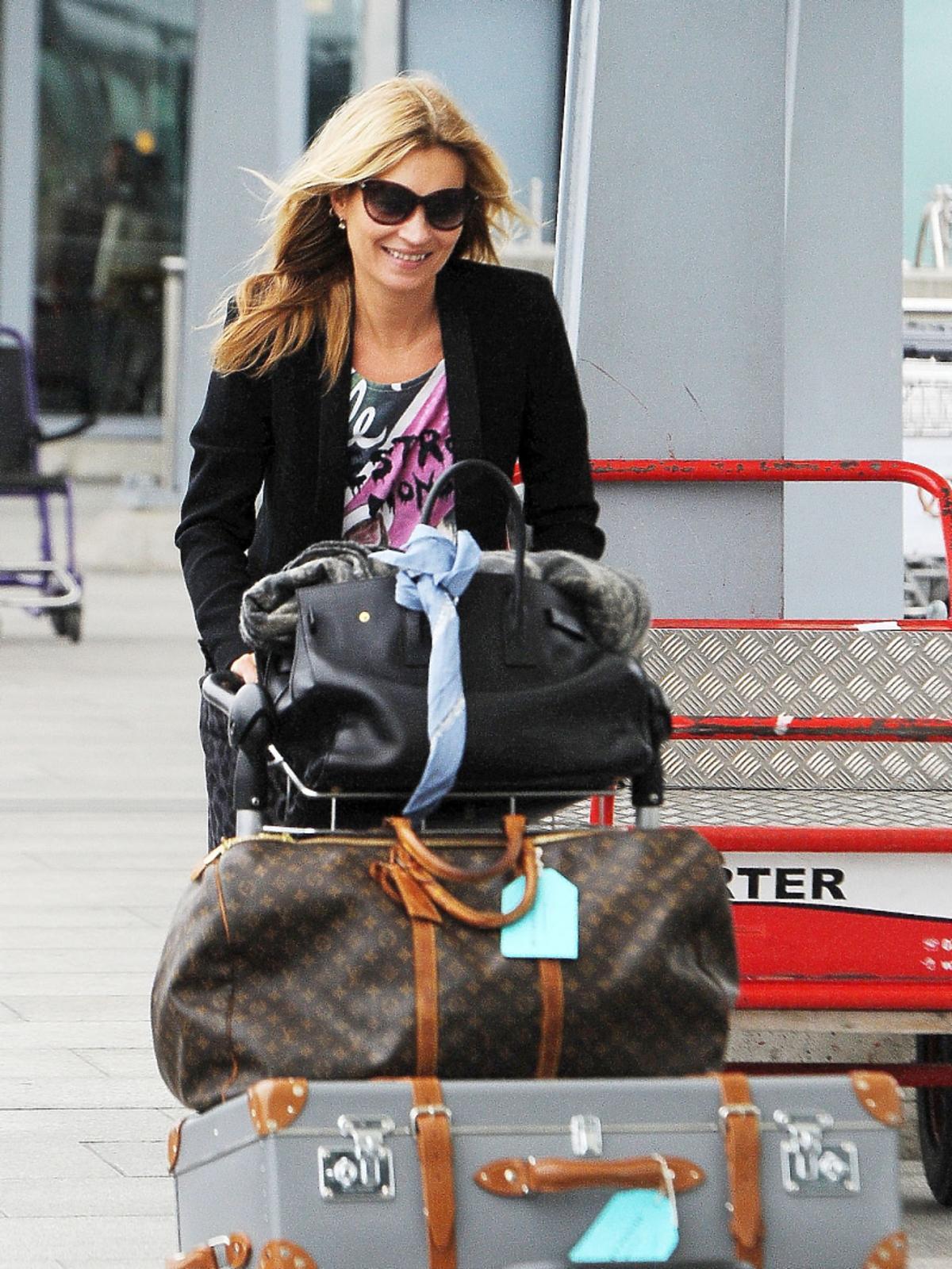 Kate Moss pcha wózek z bagażami