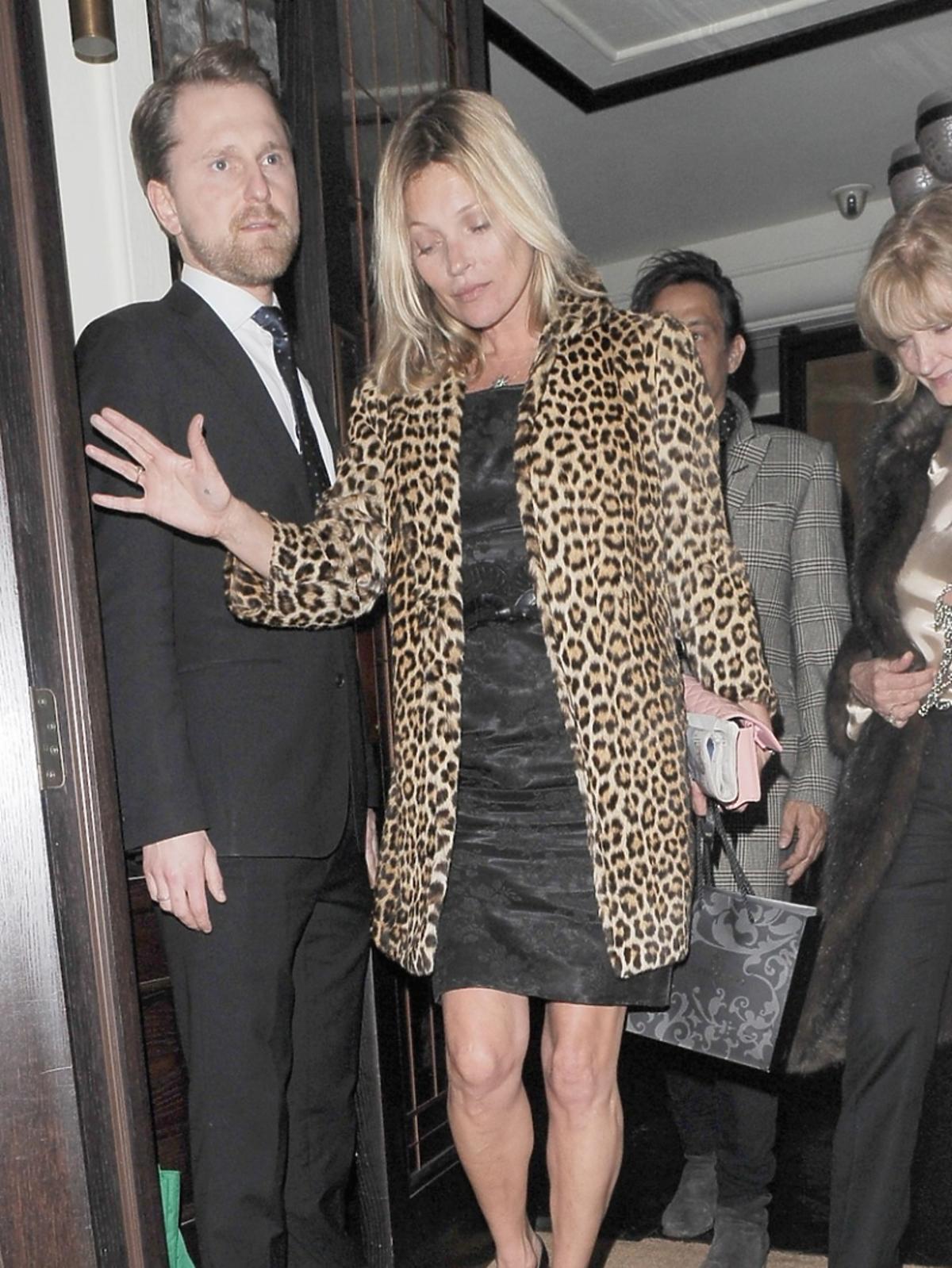 Kate Moss w płaszczu w panterkę wychodzi z lokalu