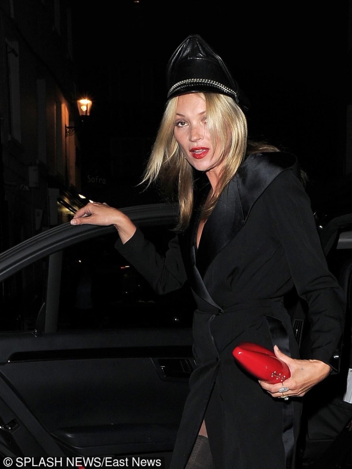 Kate Moss w oryginalnej czapce i torebką czerwoną