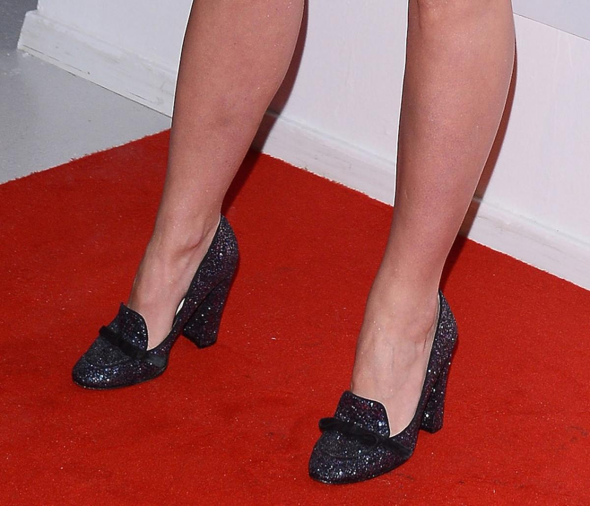 Zosia Ślotała w czerownej sukni z paleryną i błyszczących butach