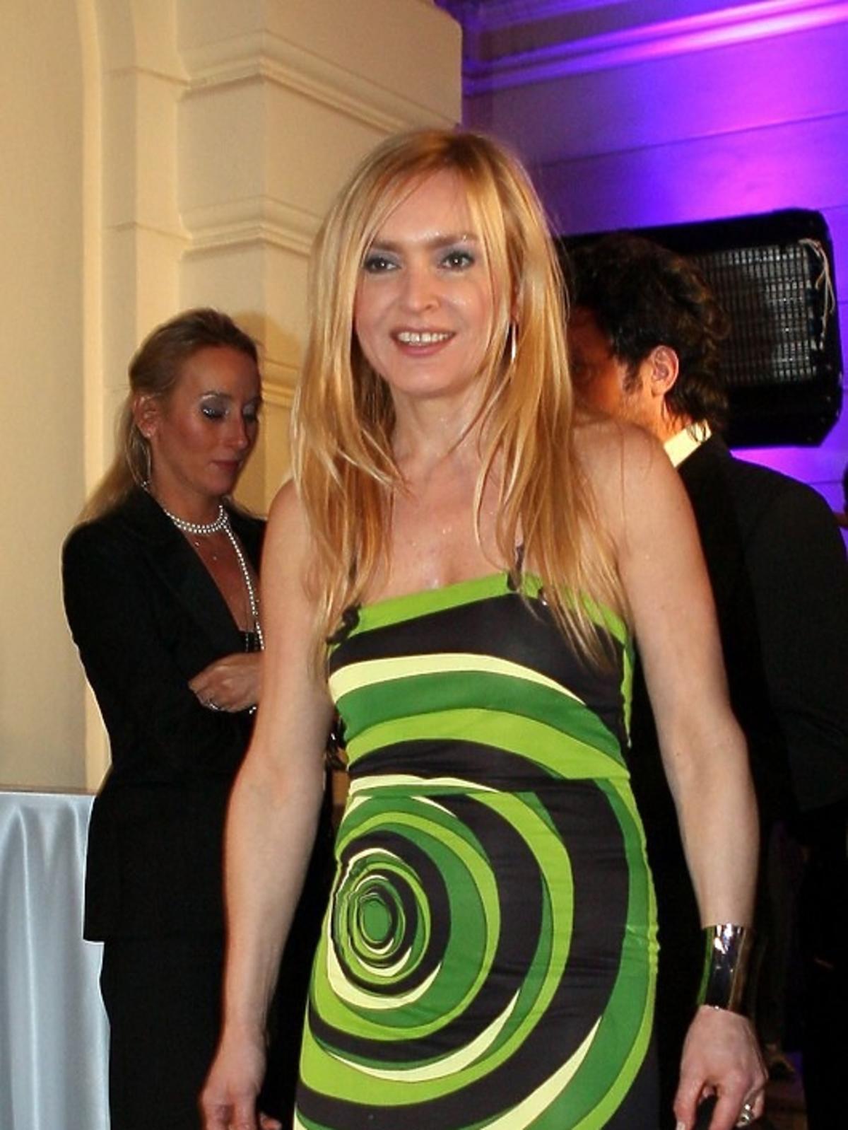 Monika Olejnik uśmiechnięta w zielono- czarnej sukni