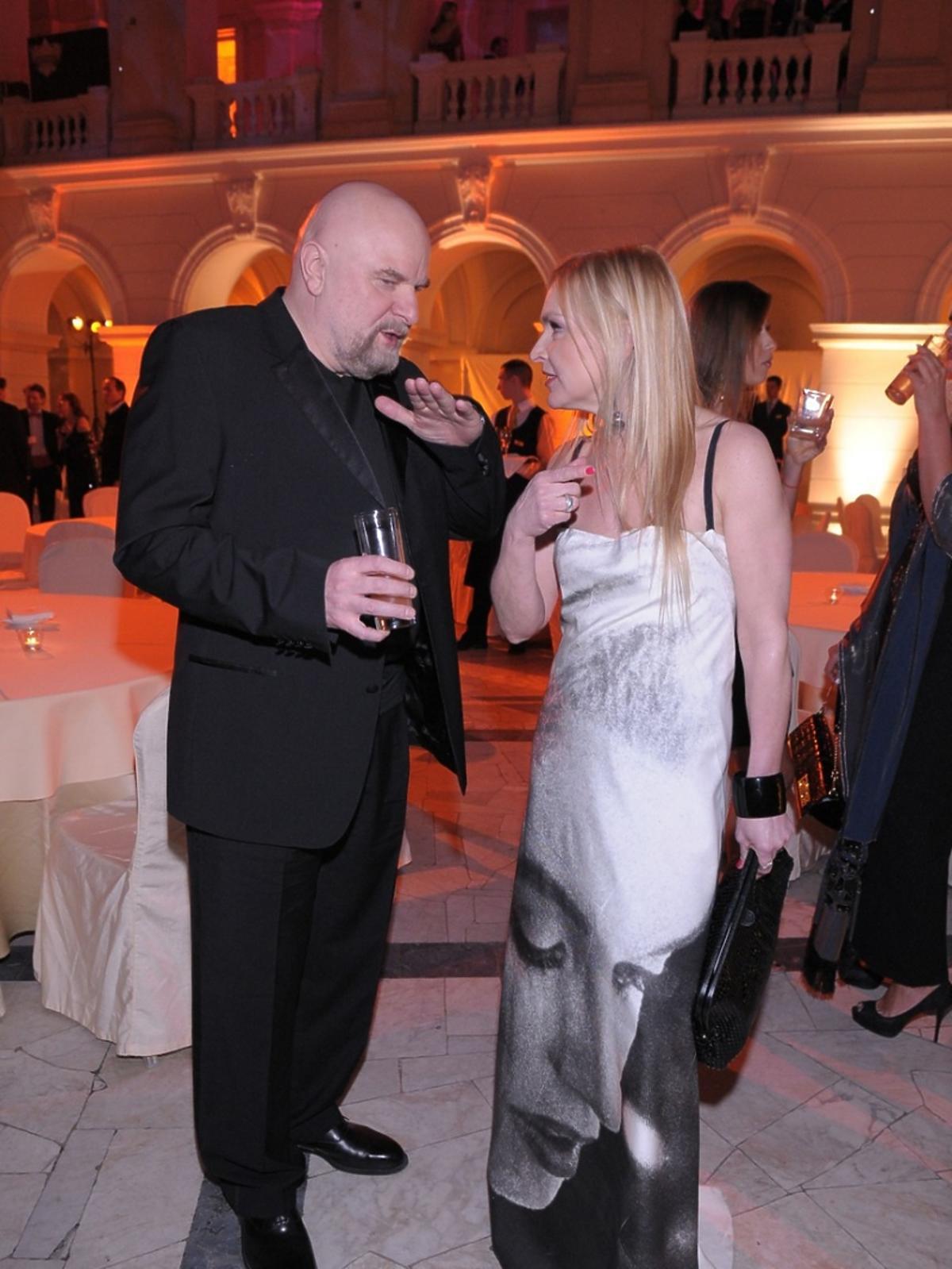 Monika Olejnik w białej sukni rozmawia z Andrzejem Mleczko