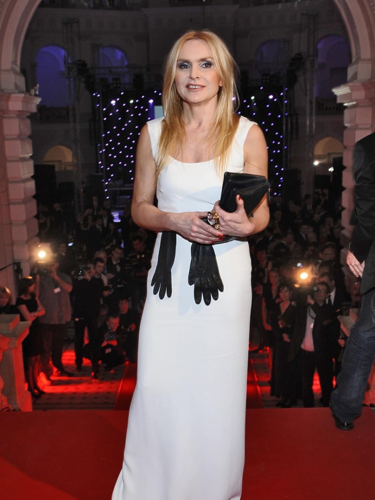 Monika Olejnik pozuje w białej sukni