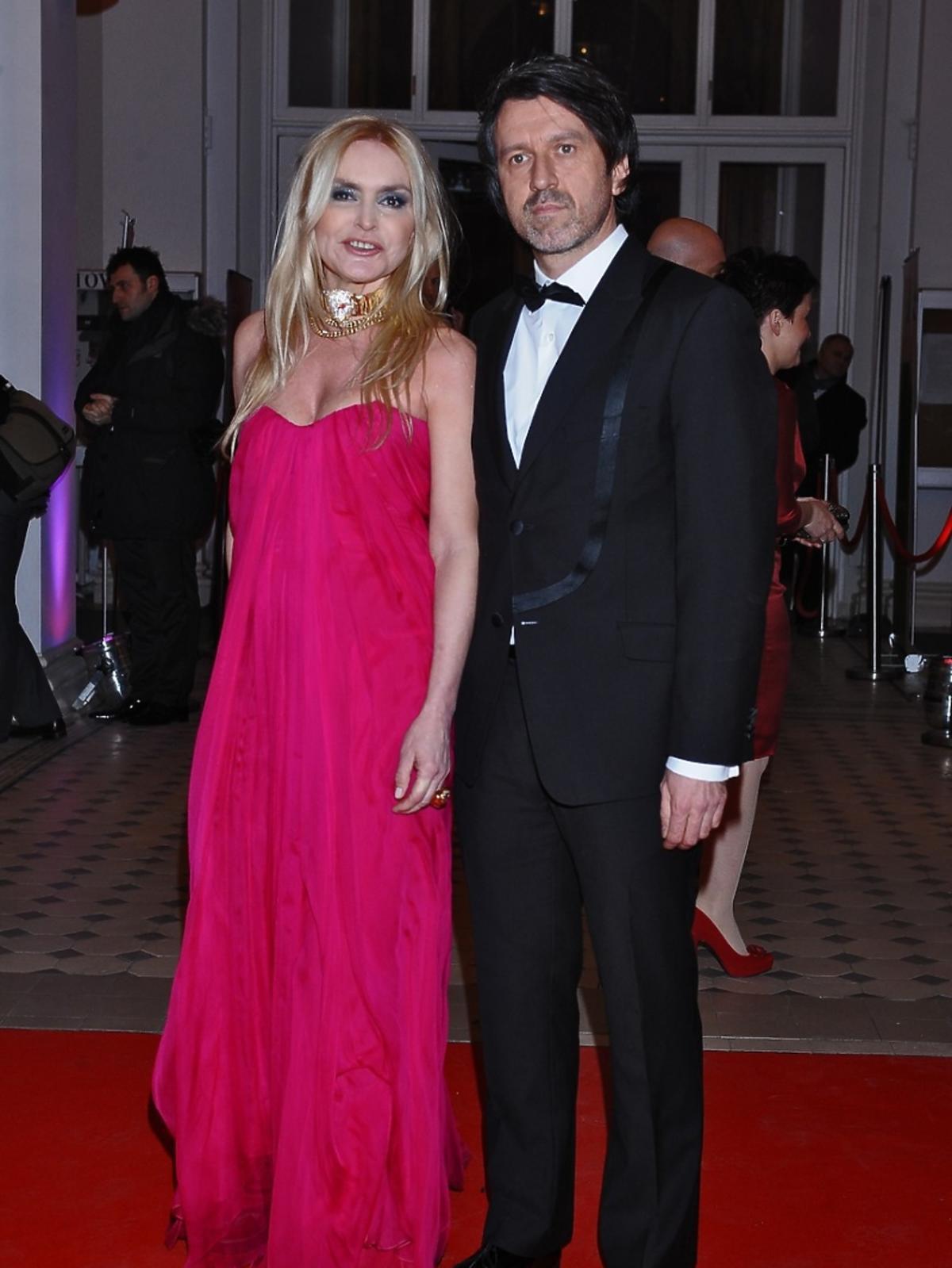 Monika Olejnik i Tomasz Ziółkowski elegancko ubrani pozują do zdjęcia