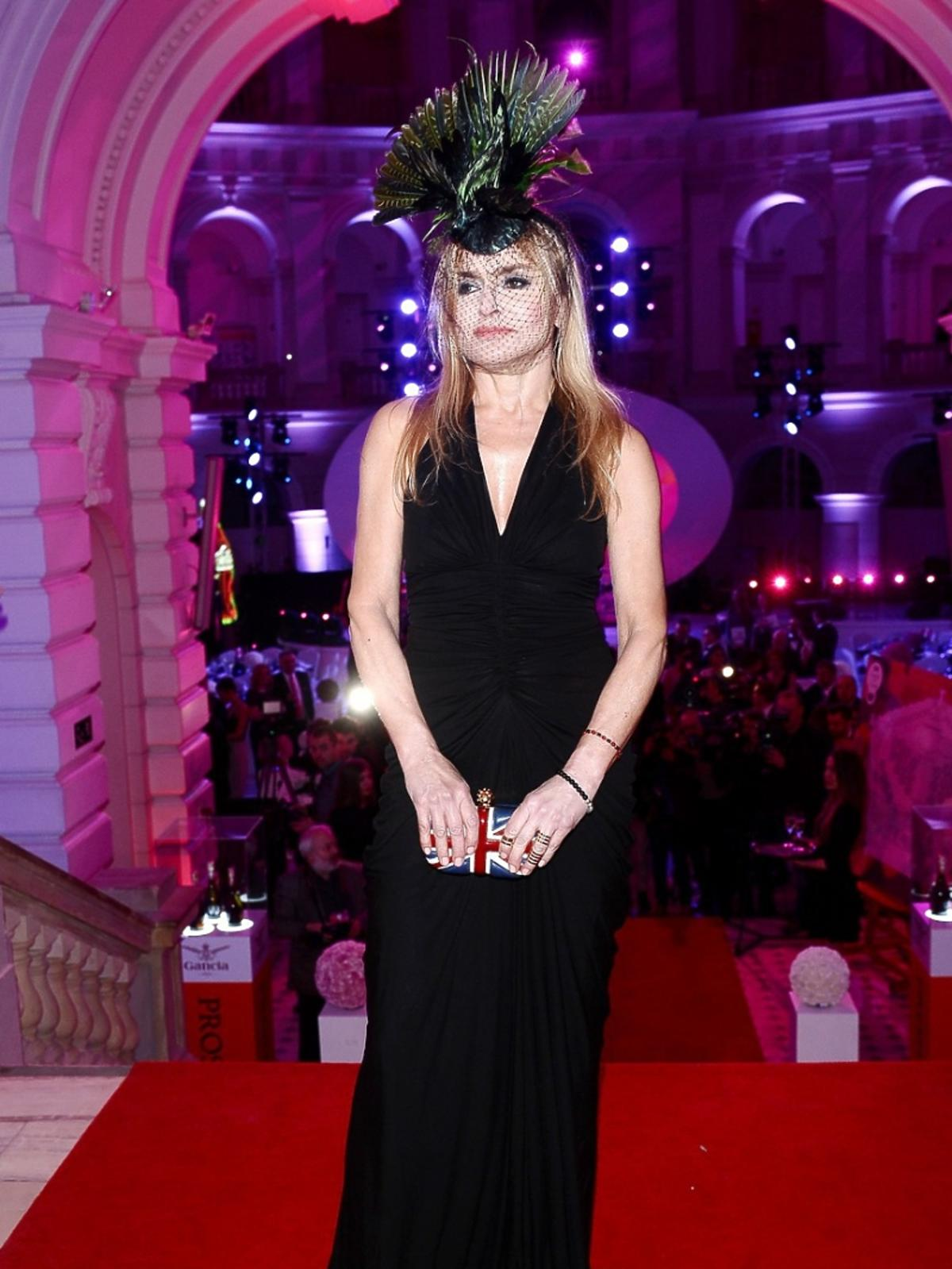 Monika Olejnik w czarnej sukni pozuje na czerwonym dywanie