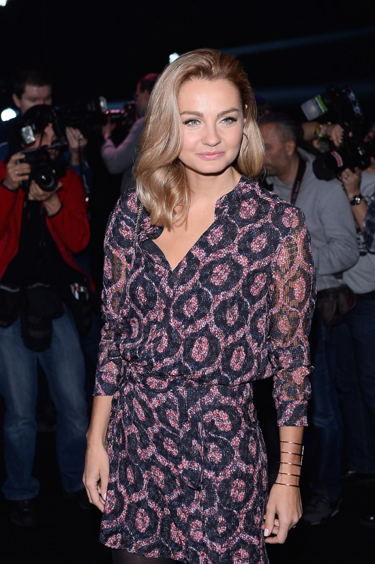 Małgorzata Socha w bluzce i spódnicy w printy
