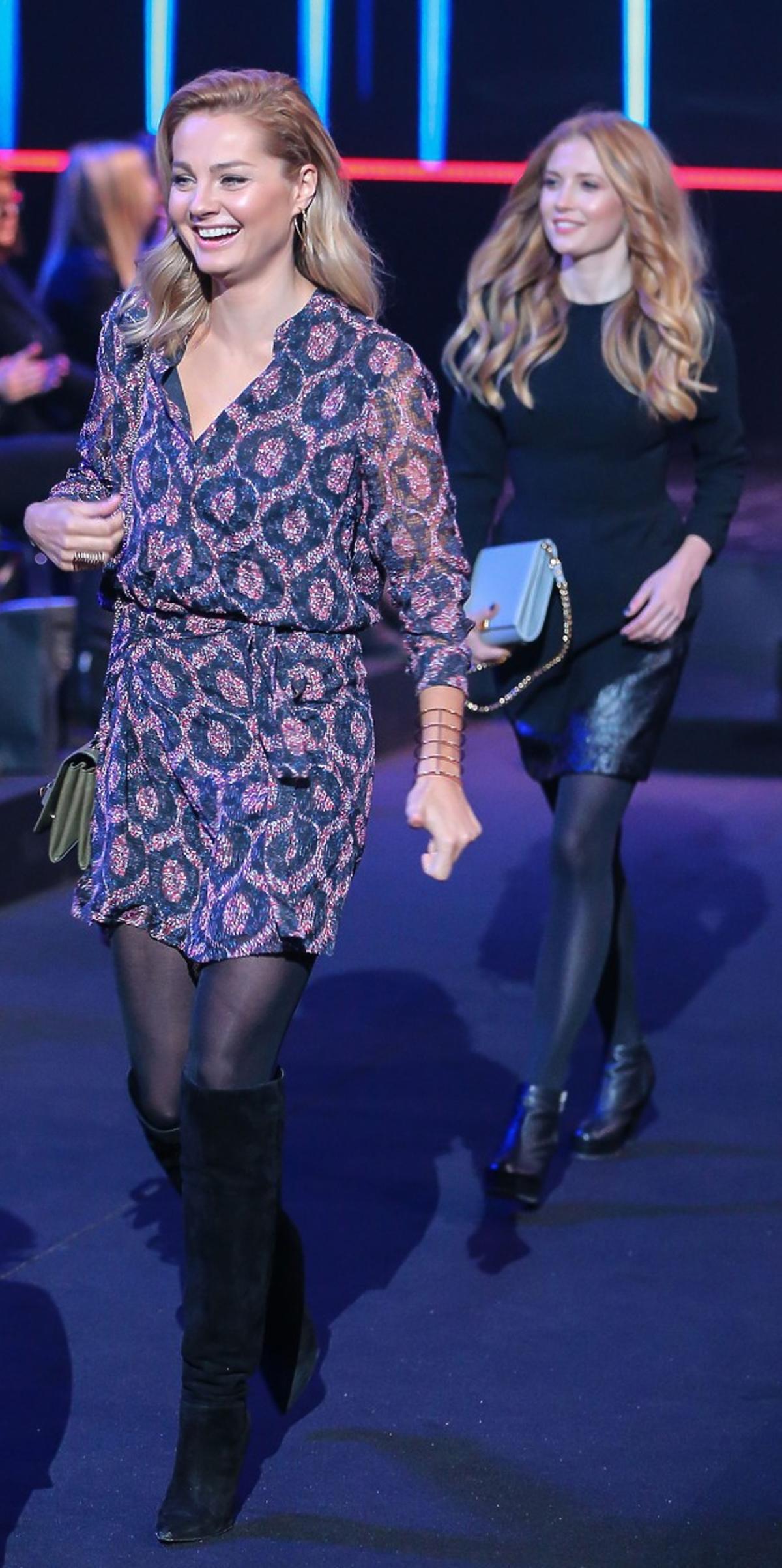 Małgorzata Socha w bluzce i spódnicy w printy, czarnych kozakach