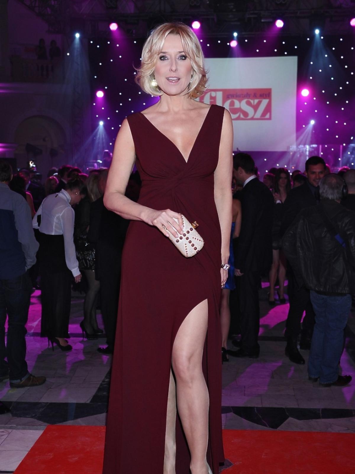 Agata Młynarska w długiej, bordowej sukni na Charytatywnym balu Dziennikarzy w Warszawie