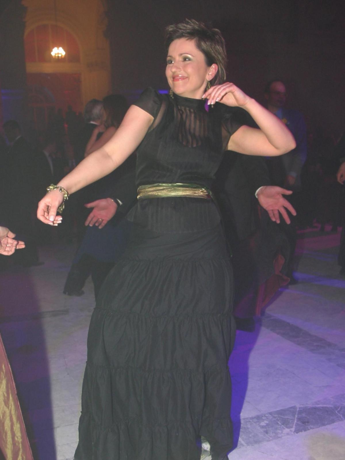 Beata Tadla na parkiecie w długiej, czarnej sukience podczas Charytatywnego Balu Dziennikarzy w auli Politechniki warszawskiej
