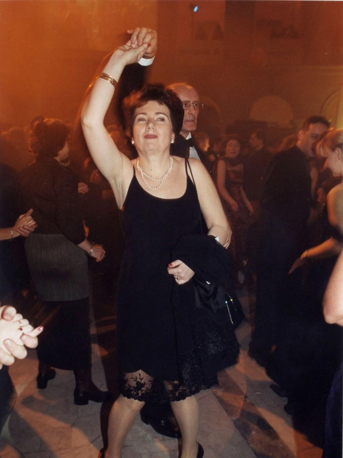 Hanna Gronkiewicz-Waltz w czarnej sukience tańczy z mężem podczas Charytatywnego Balu Dziennikarzy w Auli Politechniki Warszawskiej