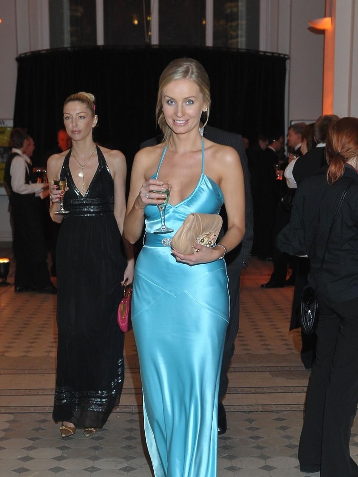 Agnieszka Szulim w błękitnej, długiej sukience z lamką białego wina w Auli Politechniki Warszawskiej na XI Charytatywnym Balu Dziennikarzy