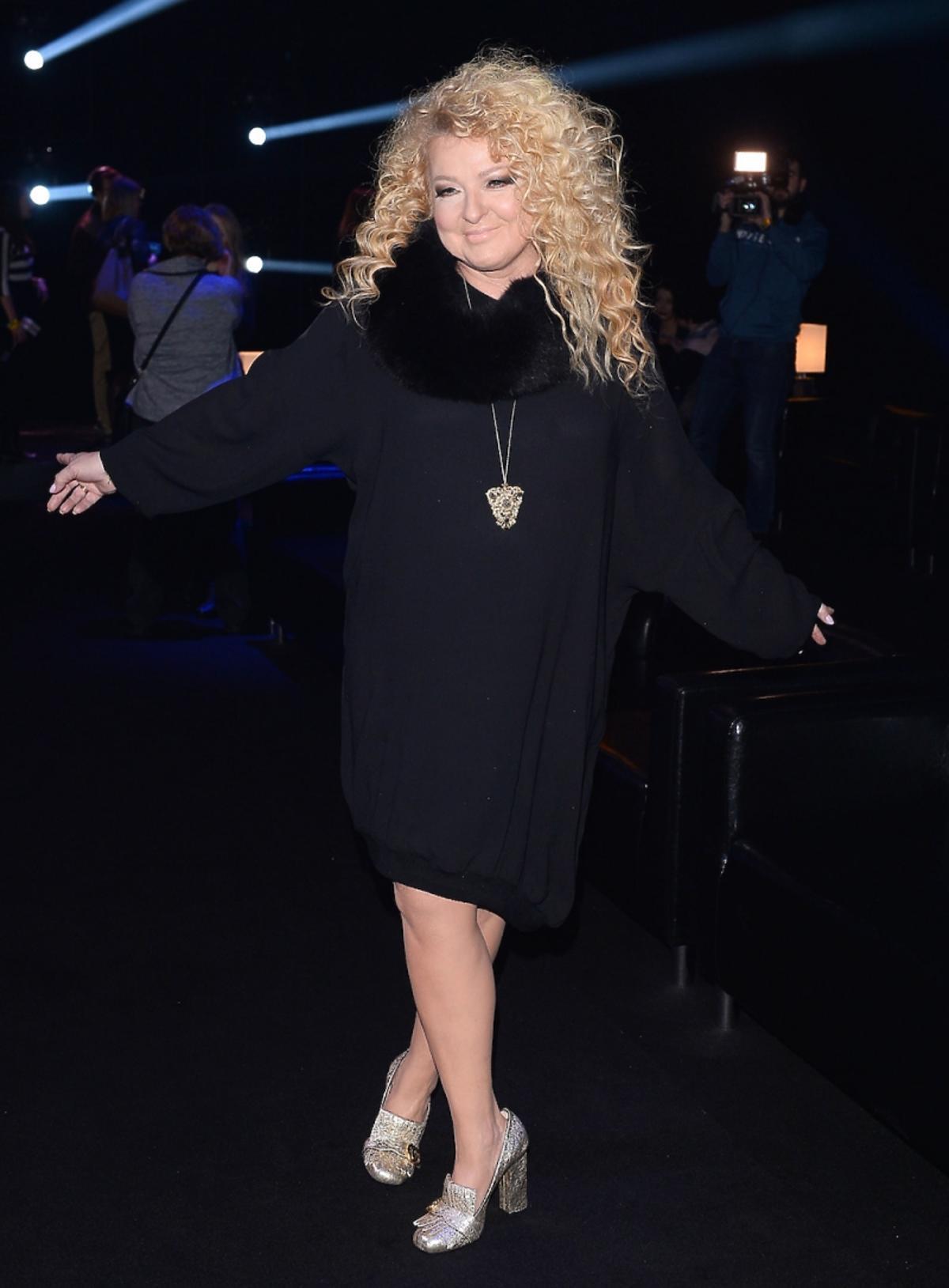 Magda Gessler w czarnej sukience i błyszczących butach
