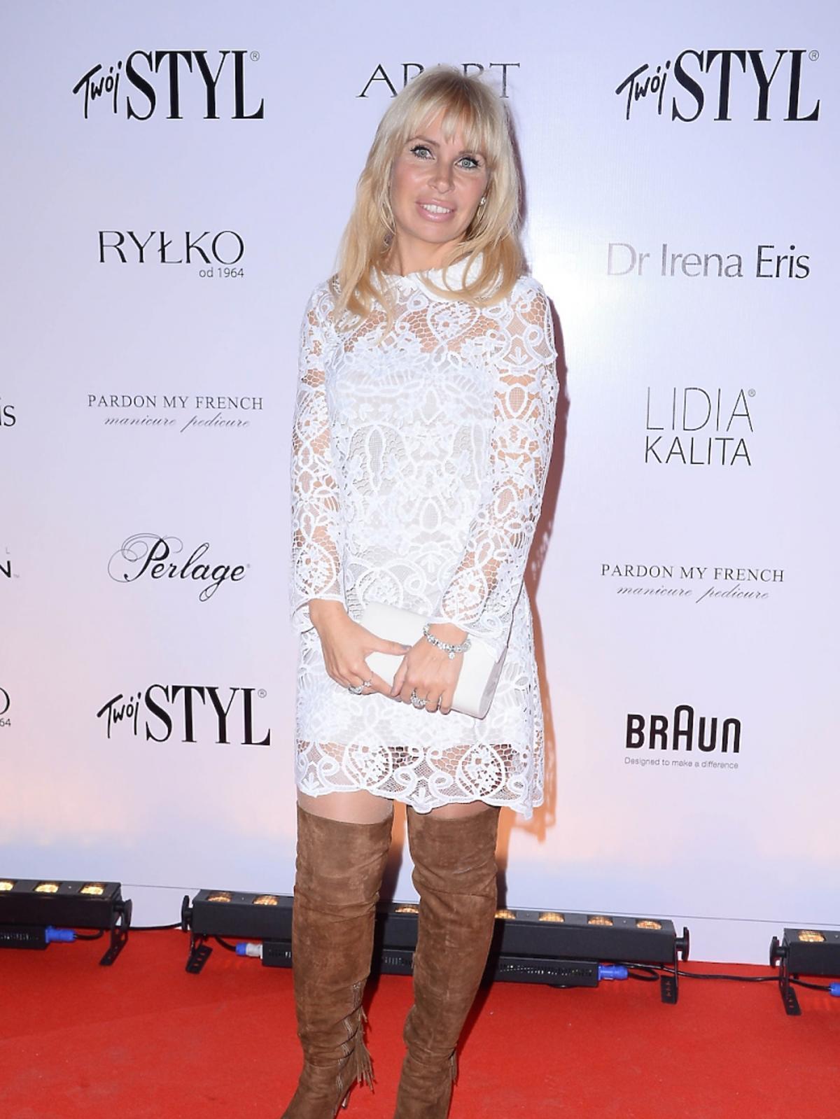 Natalia Jaroszewska w białej koronkowej sukience, brązowych kozakach