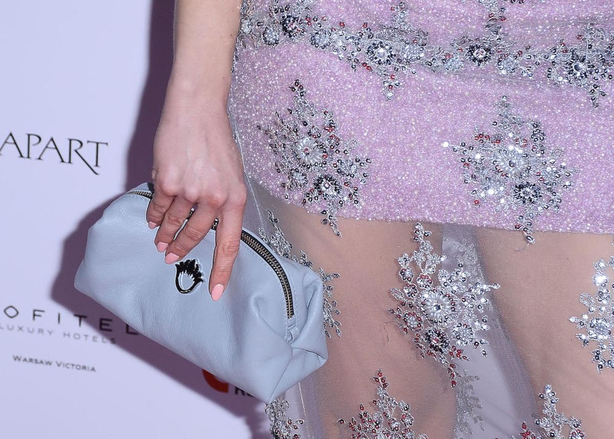 Barbara Kurdej-Szatan w różowej sukni z transparentną tuniką z niebieską torebką