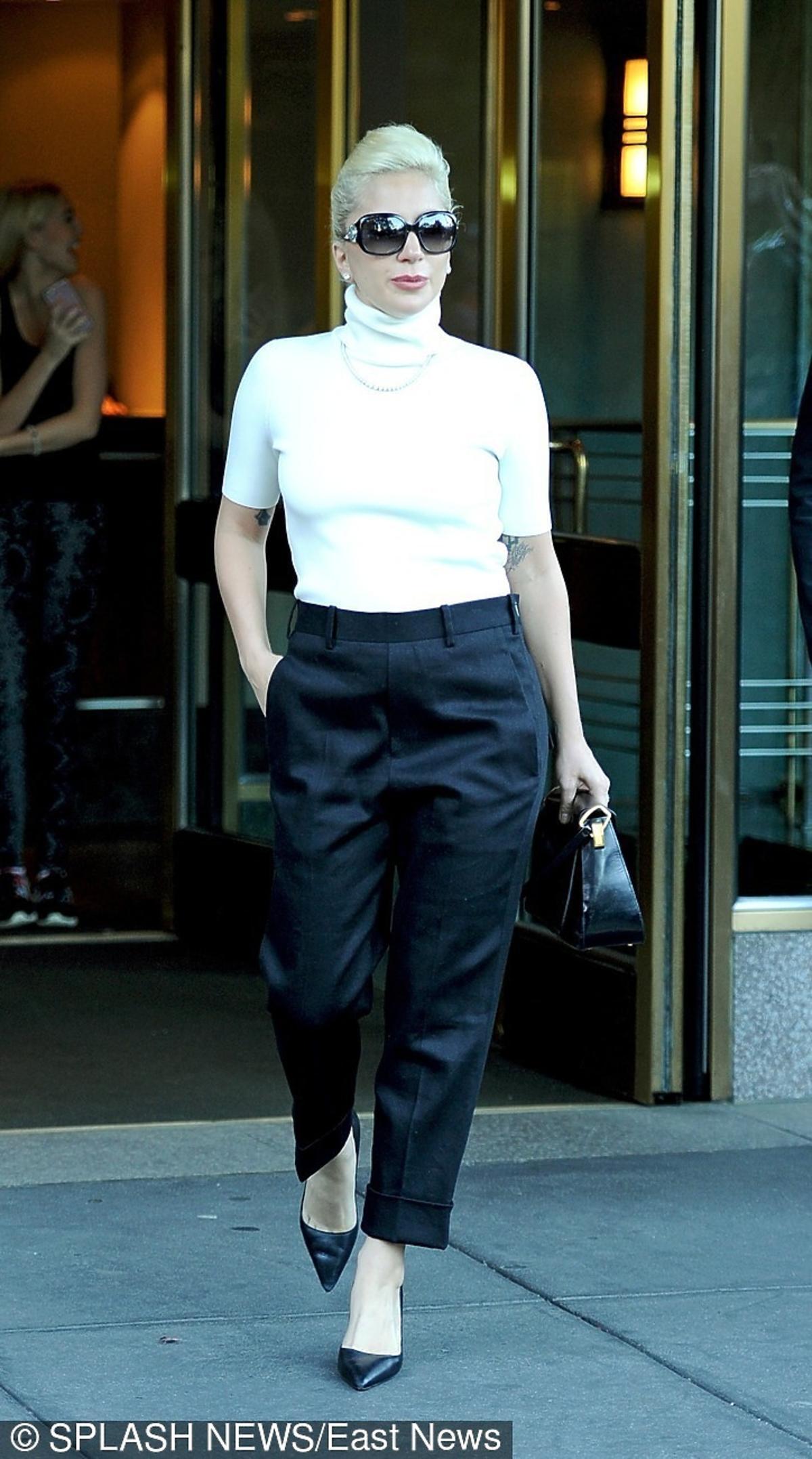 Lady Gaga w białym golfie w czarnych spodniach
