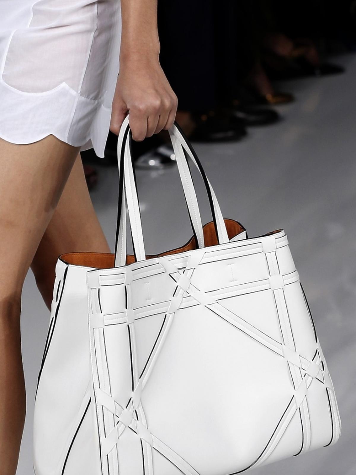 Biała torba na pokazie marki Dior