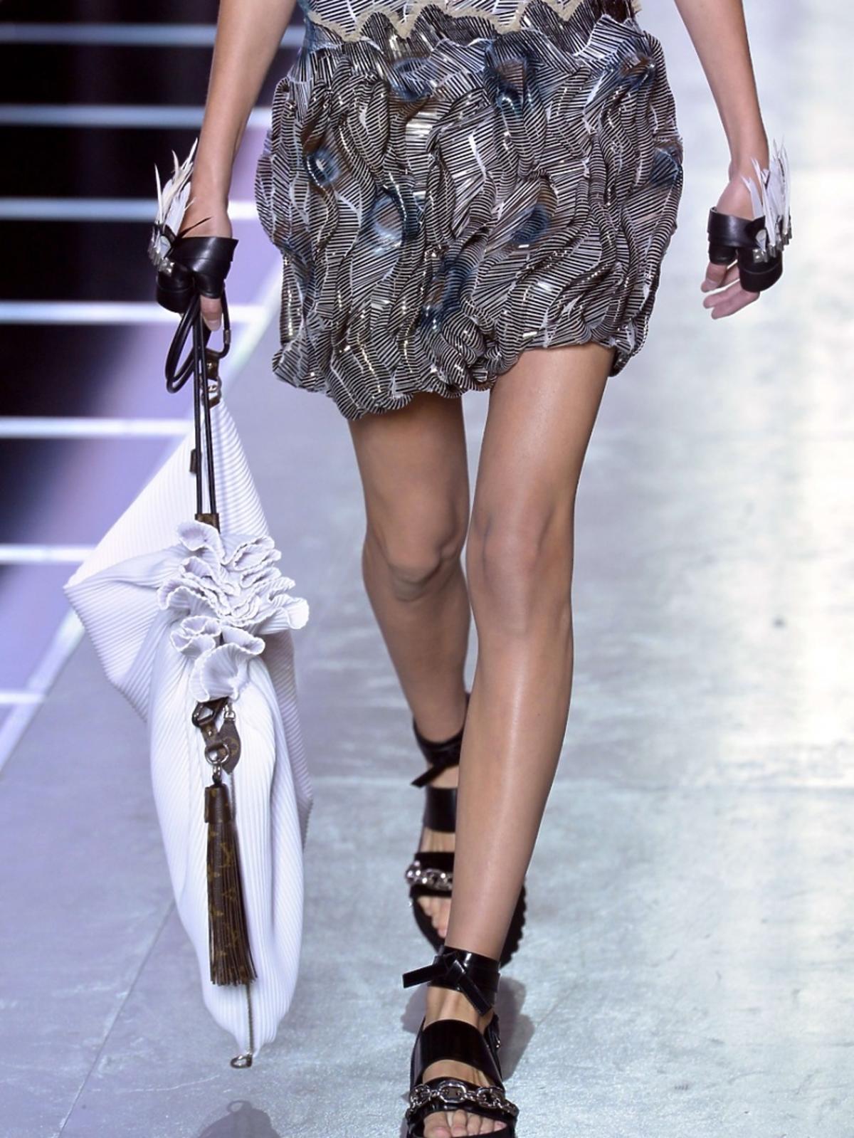 Biała torba na pokazie Louis Vuitton