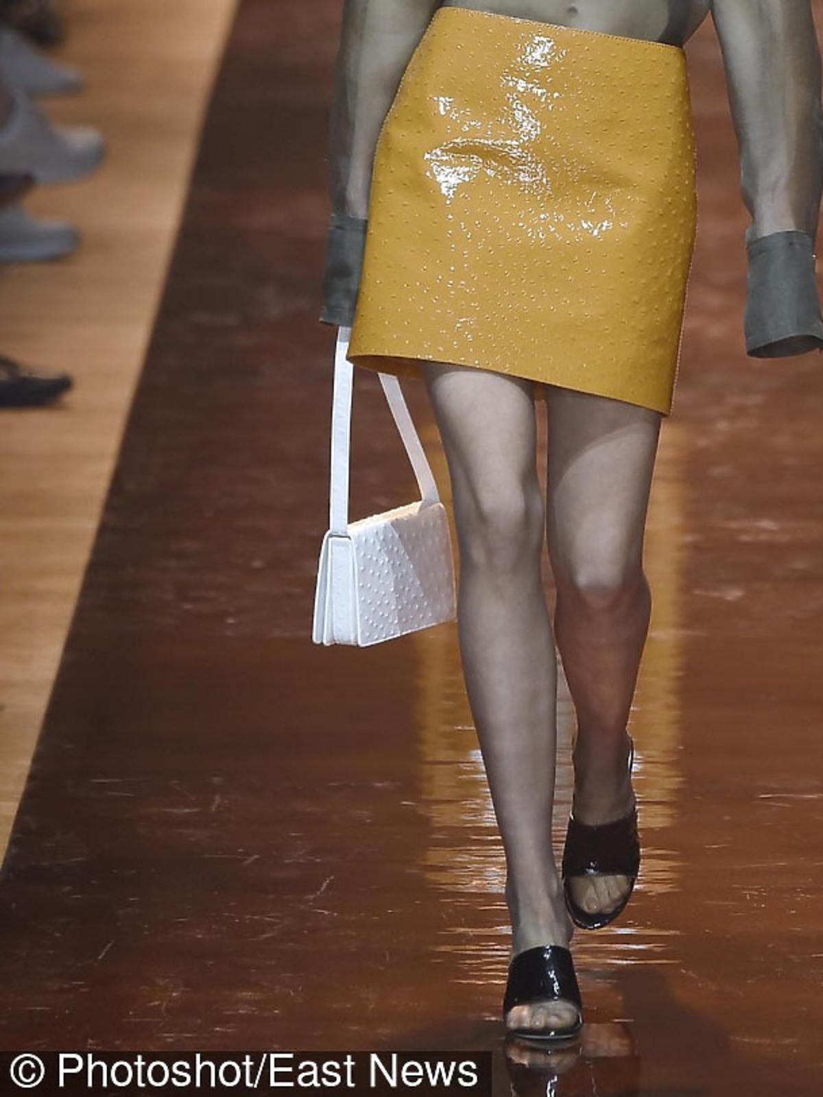 Biała torba na pokazie Miu Miu