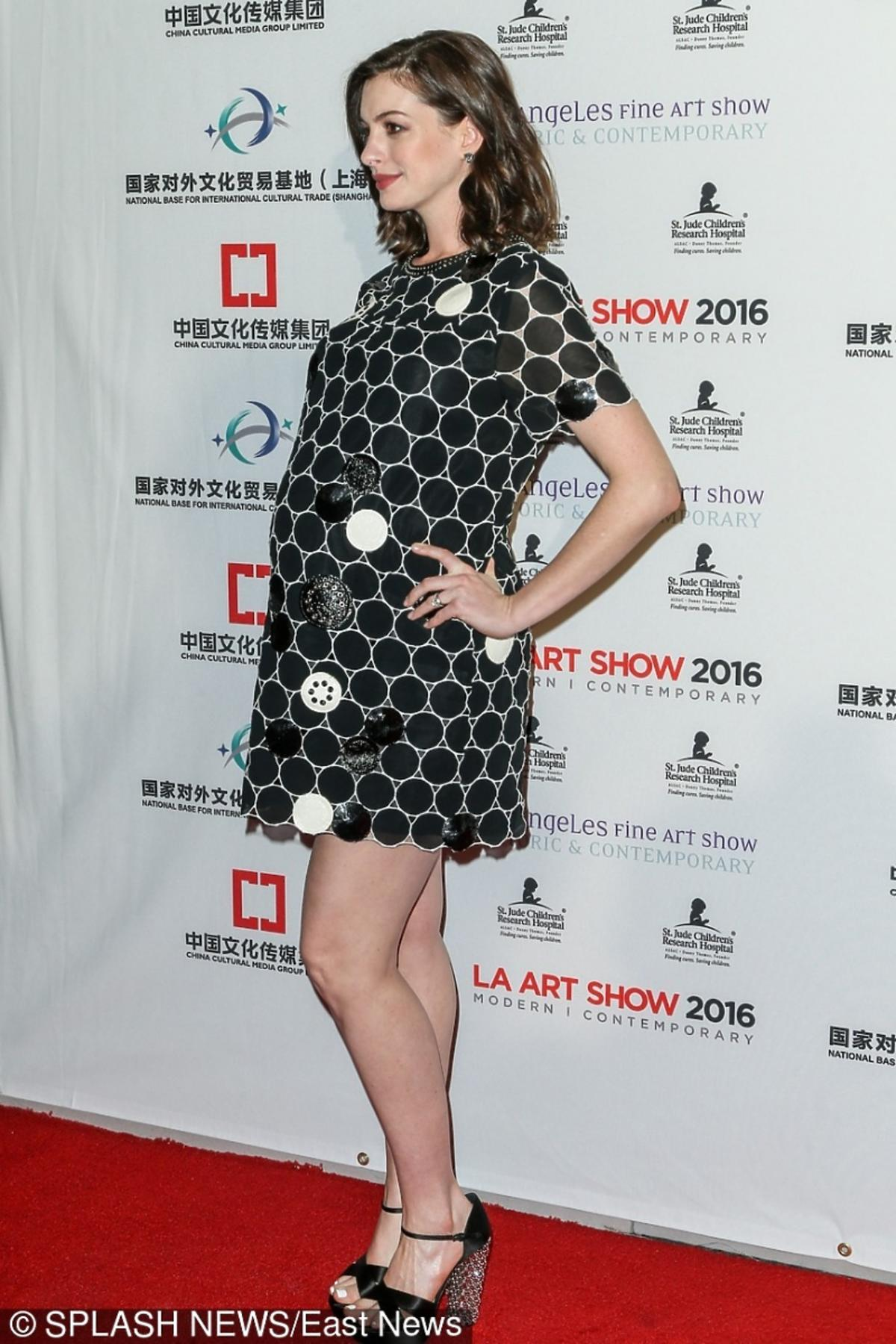 Anne Hathaway w czarno-białej sukni  czarnych sandałach z błyszczącym obcasem