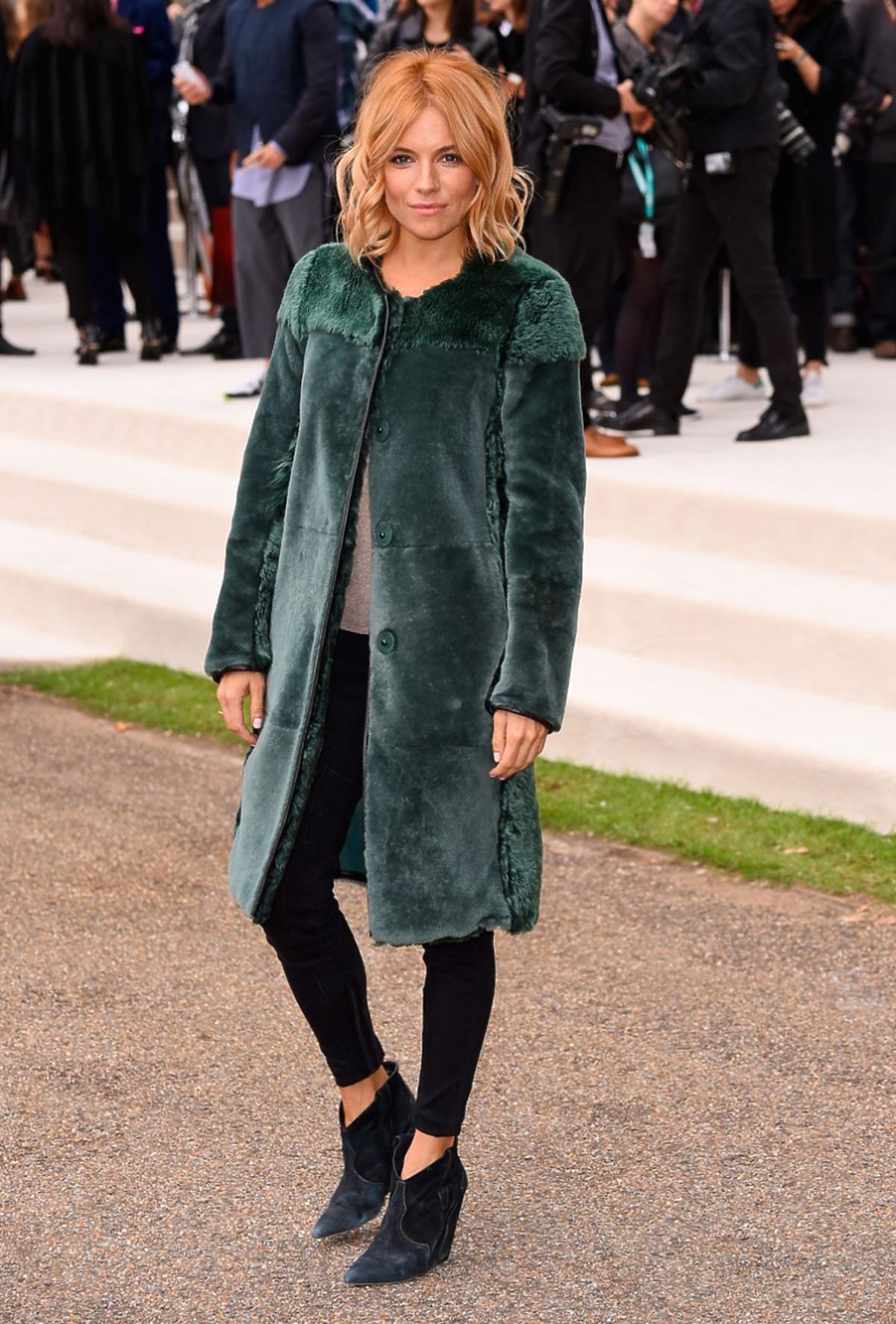 Sienna Miller w zielonym futerku