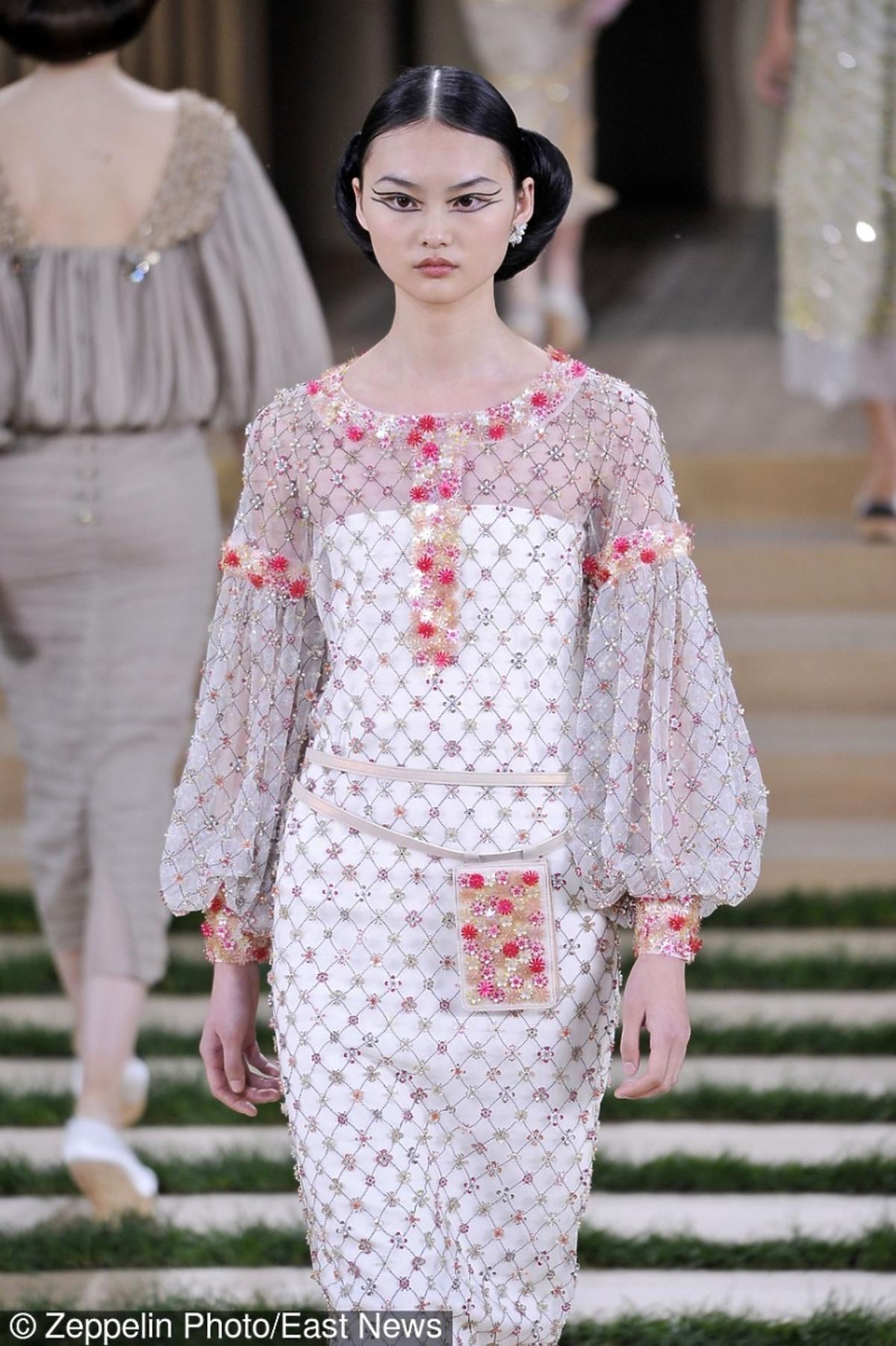 Modelka  w bufiastymi rękawami z torebką na pasku