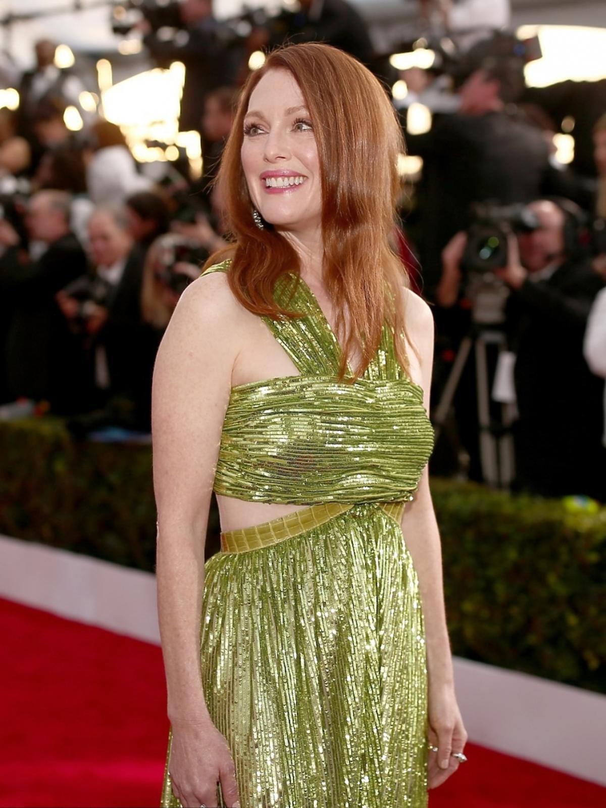 Julianne Moore w zielonej błyszczącej sukni na czerwonym dywanie