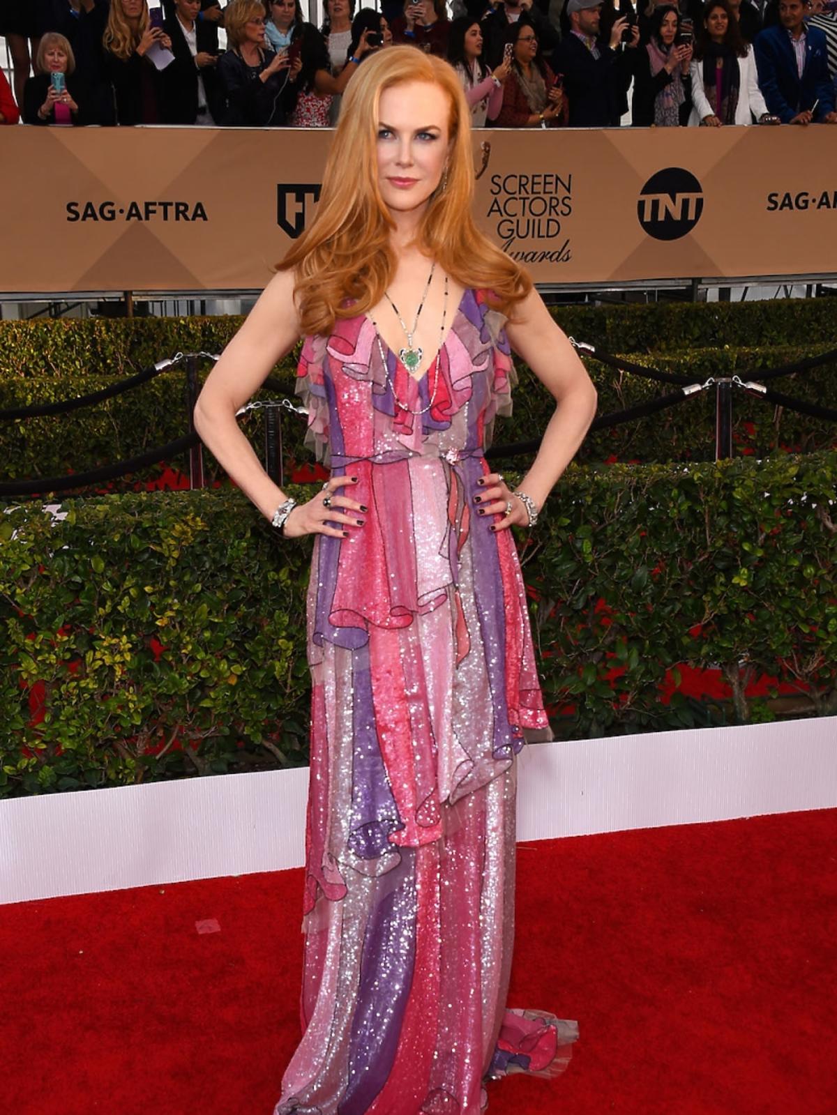 Nicole Kidman w błyszczącej kolorowej sukni do ziemi na czerwonym dywanie