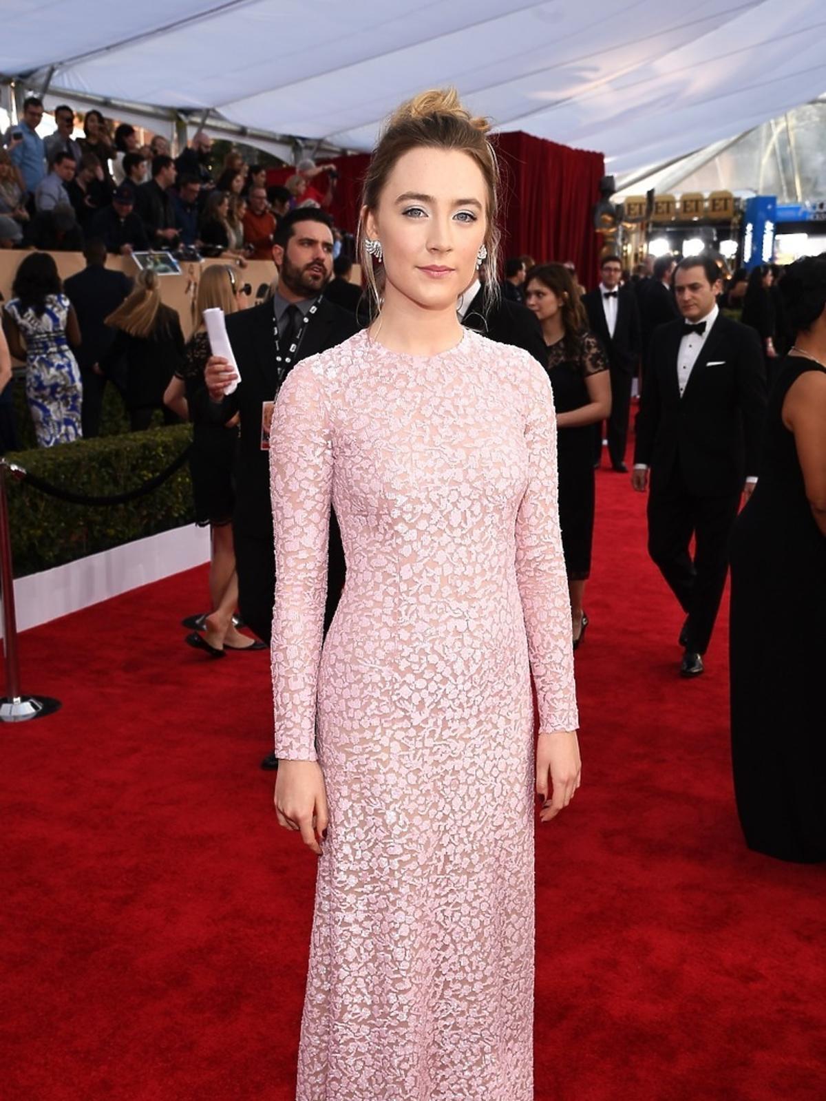 Saoirse Ronan w pastelowej różowej sukni do ziemi na czerwonym dywanie