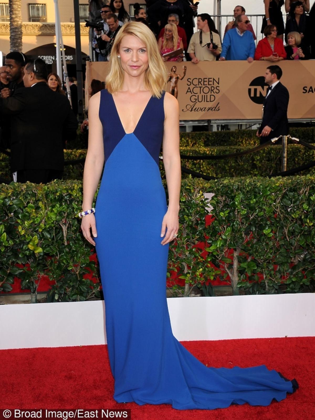 Claire Danes w niebieskiej sukni z trenem na czerwonym dywanie