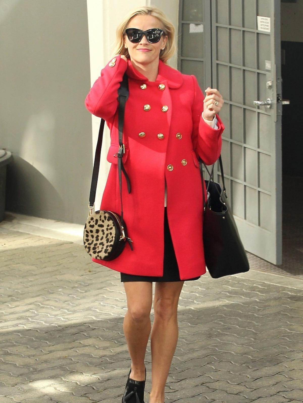 Reese Witherspoon w czerwonym płaszczu