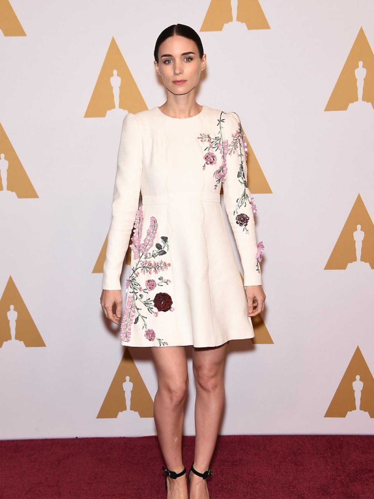 Rooney Mara w białej sukni w kwiaty