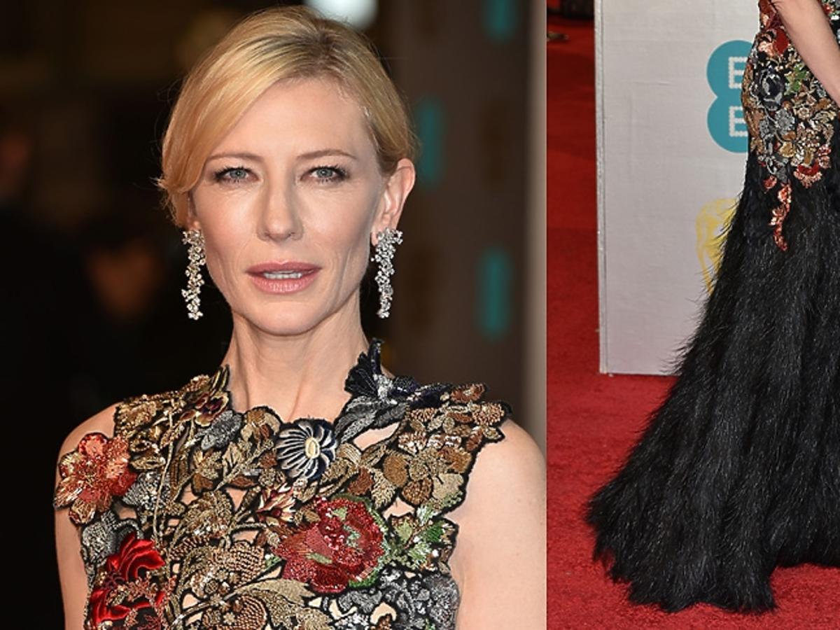 Cate Blanchett w sukni bogato zdobionej na górze i z czarnych piór na dole na czerwonym dywanie