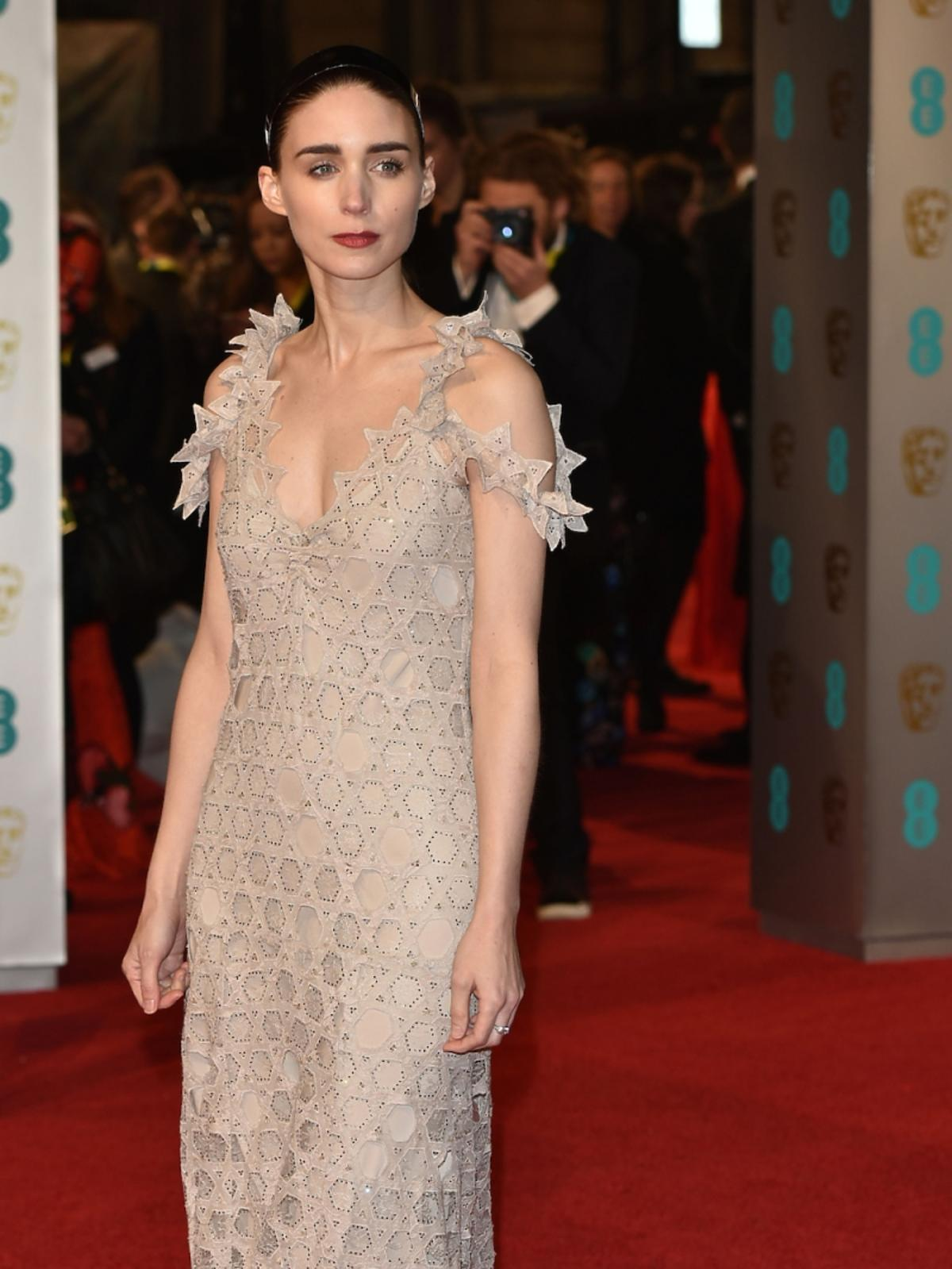 Rooney Mara w jasnej sukni do ziemi