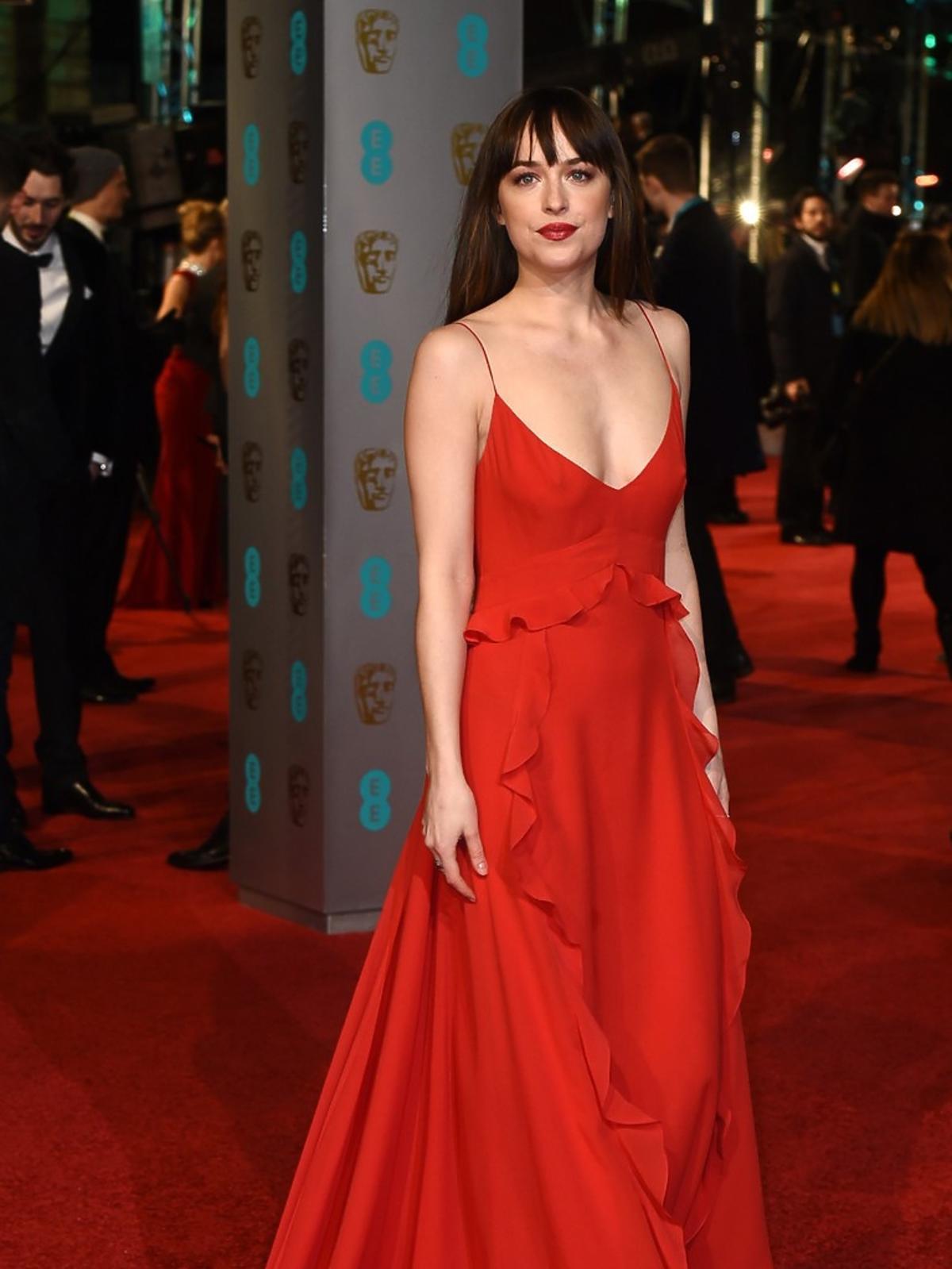 Dakota Johnson w czerwonej sukni do ziemi