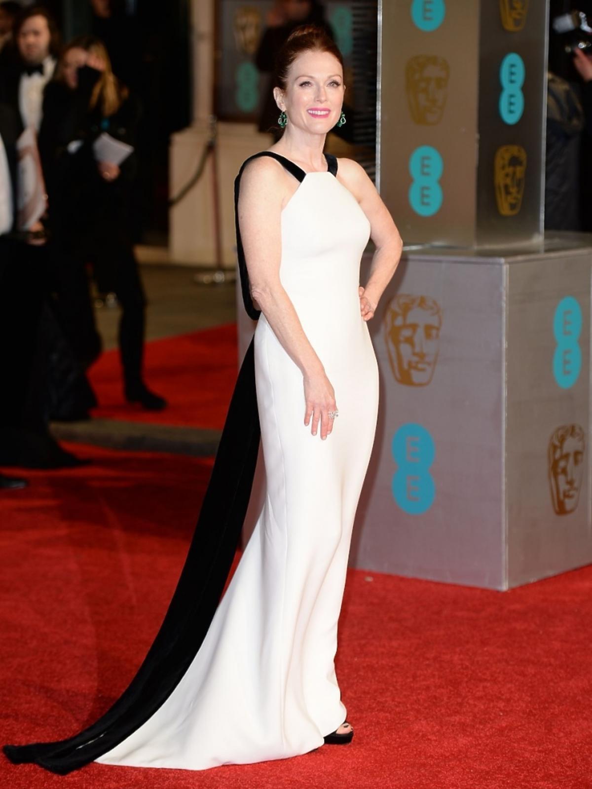Julianne Moore w czarno-białej sukni do ziemi