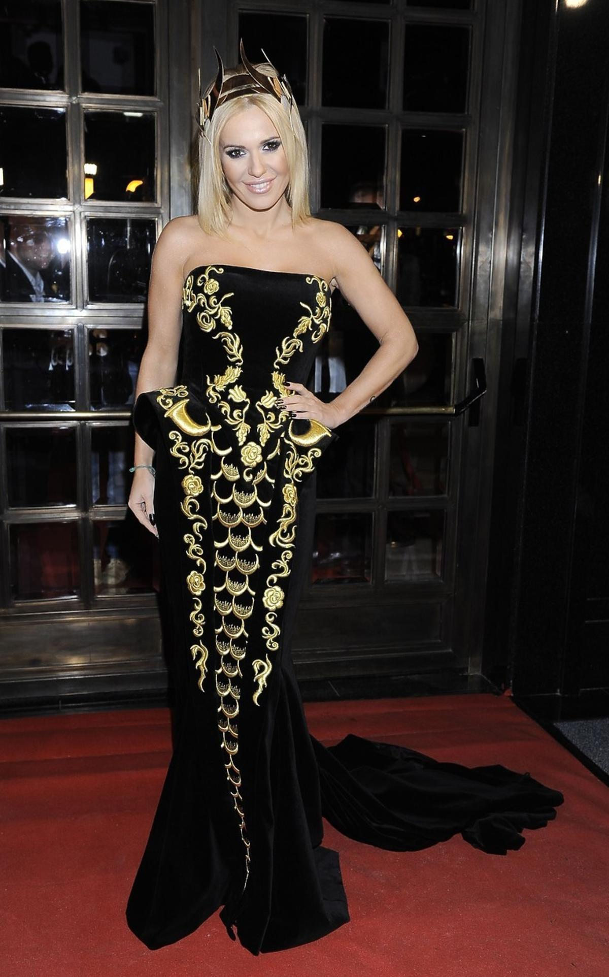 Doda w czarnej sukni do ziemi ze złotym ornamentem