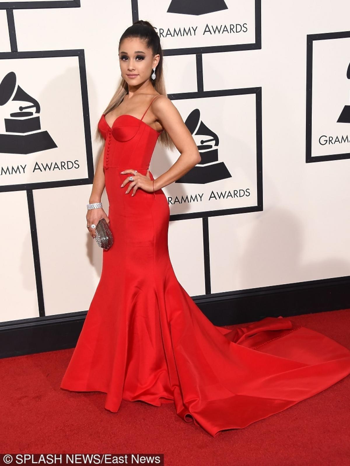 Ariana Grande w czerownej sukni z trenem na czerwonym dywanie