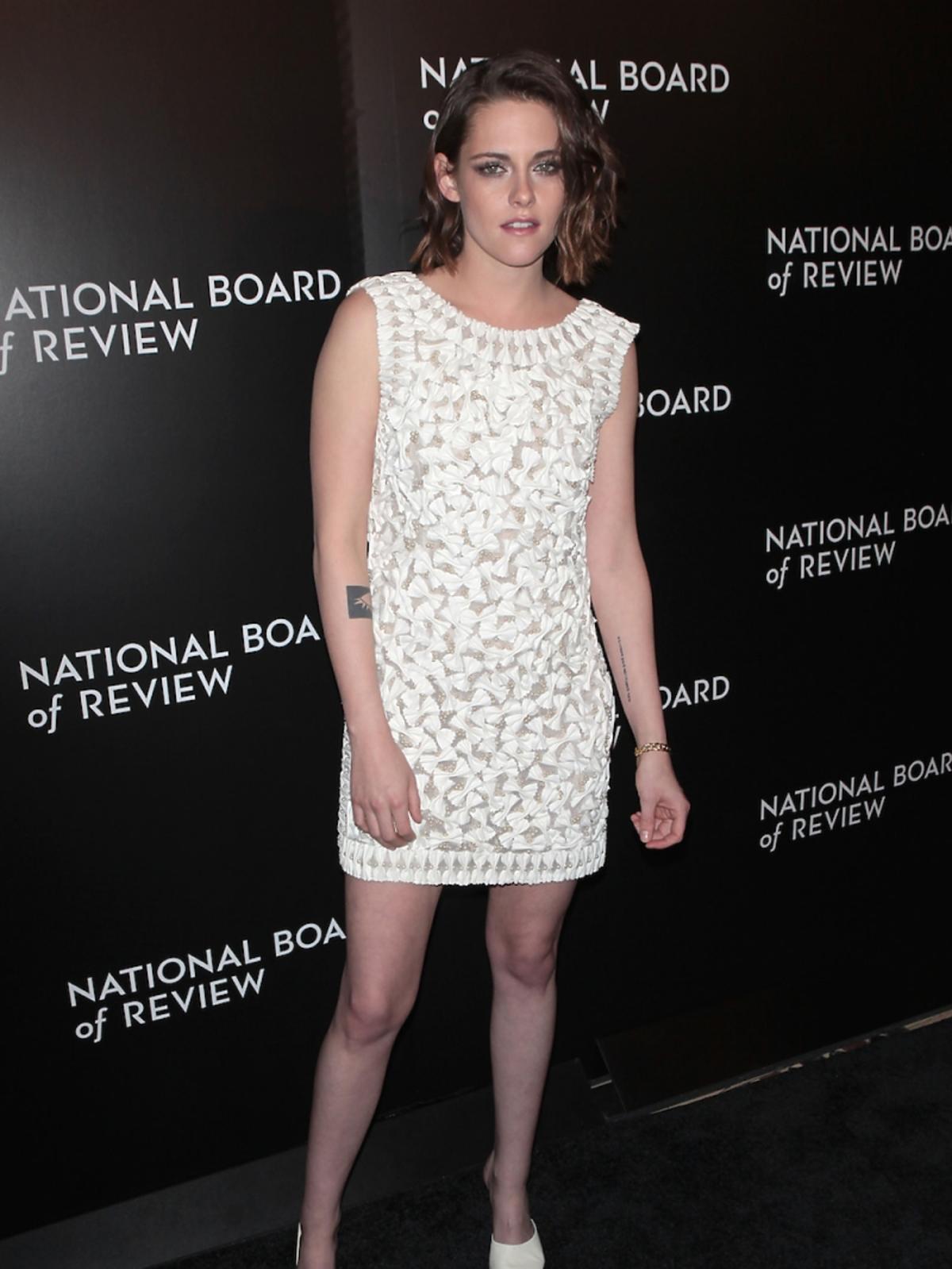 Kristen Stewart w baiłej sukience w małe kokardki