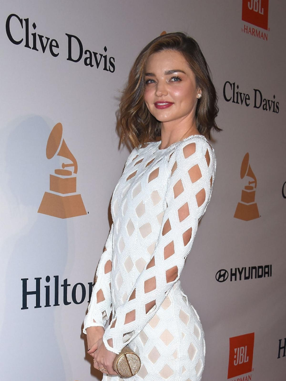 Miranda Kerr w białej ażurowej sukni na czerwonym dywanie