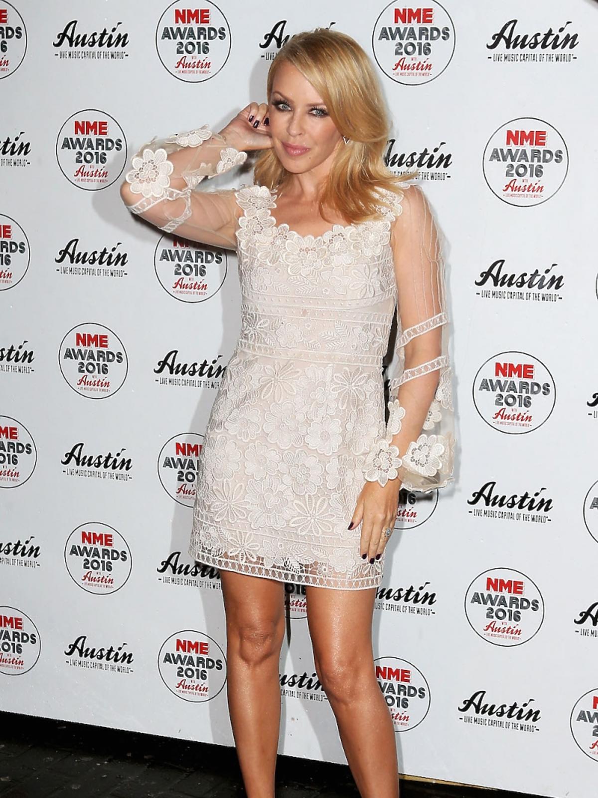 Kylie Minogue w białej koronkowej sukni