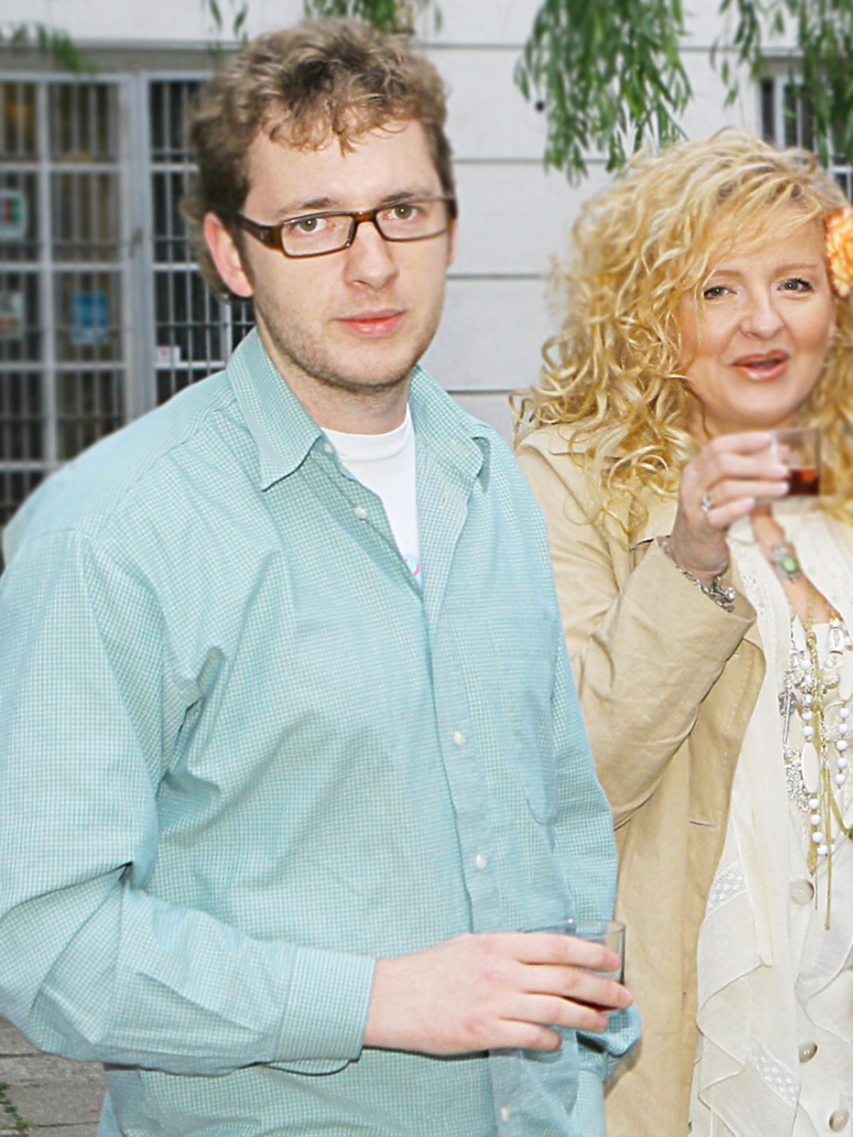 Tadeusz Muller syn Magdy Gessler stoi obok matki seledynowej koszuli półsylwetki