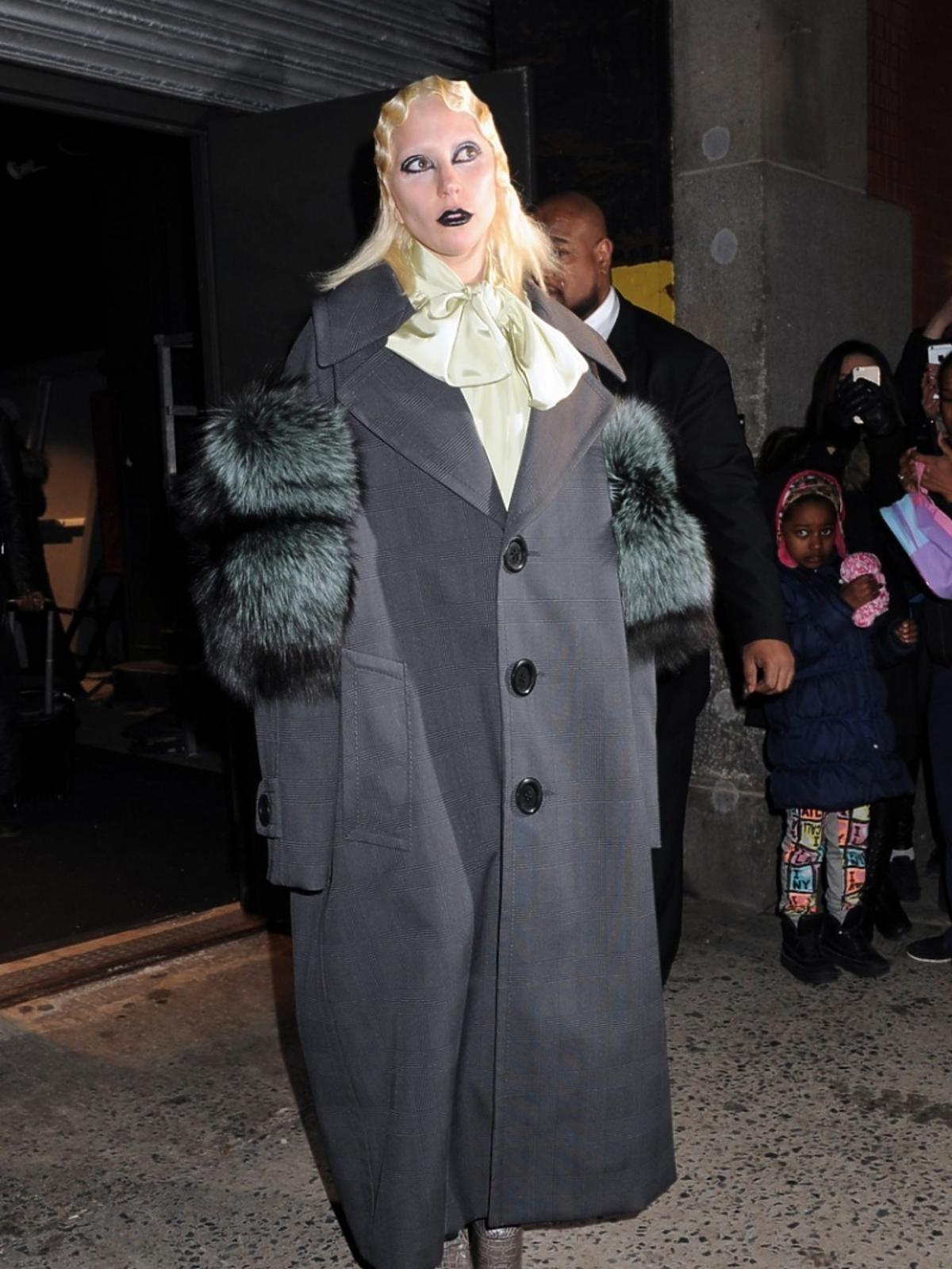 Lady Gaga w szarym płaszczu