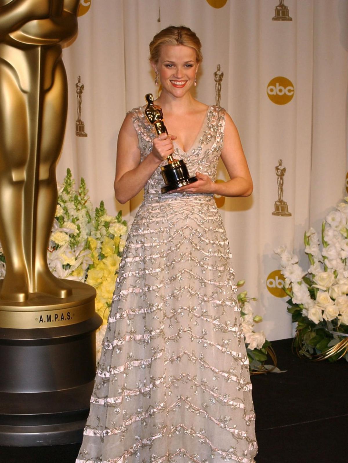 Reese Witherspoon w jasnej błyszczącej sukni do ziemi
