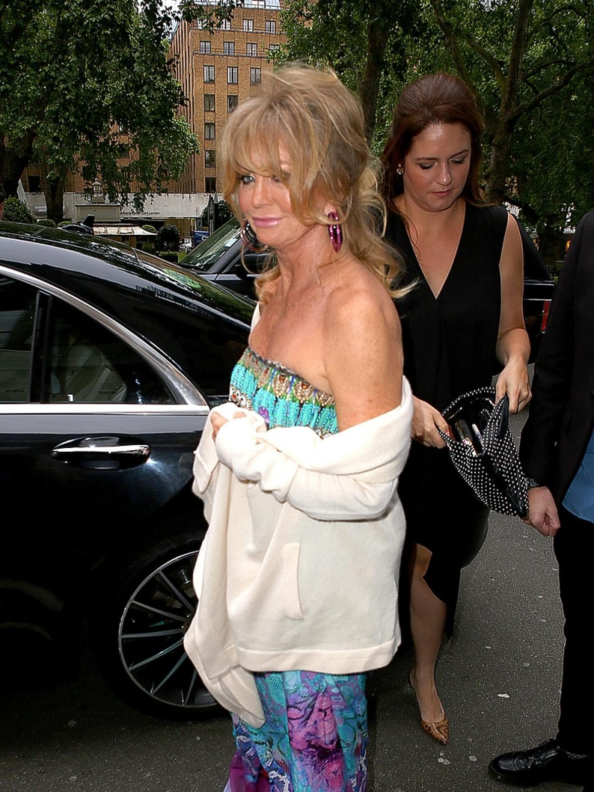 69-letnia Goldie Hawn w sukni z odkrytymi ramionami