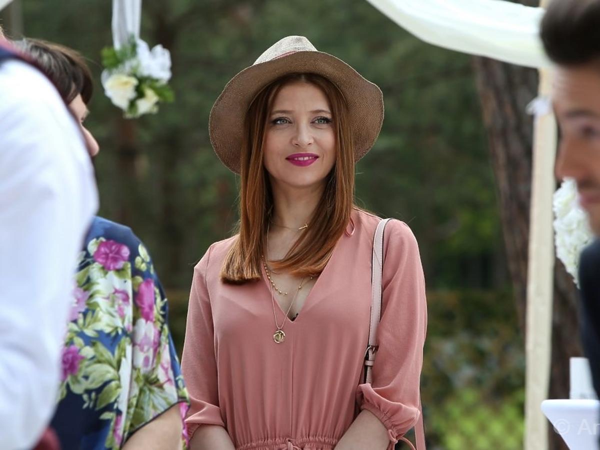 Ada Fijał w różowej bluzce na planie serialu Barwy Szczęścia