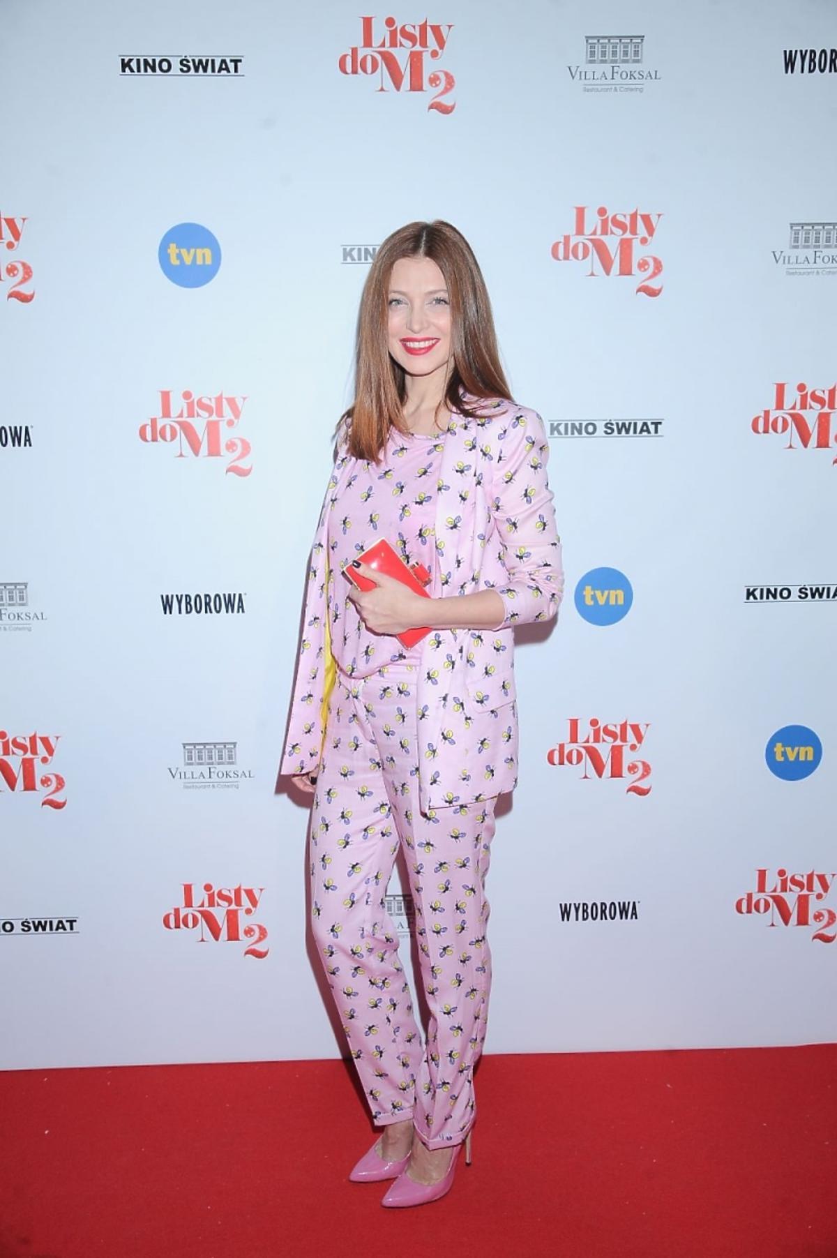 Ada Fijał w różowym garniturze