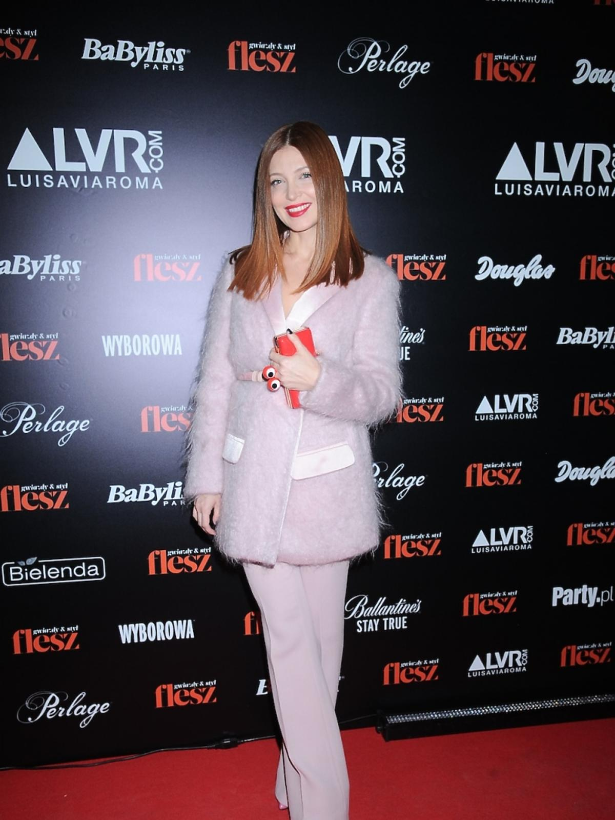 Ada Fijał w różowym pastelowym zestawie z zabawną torebką z oczami
